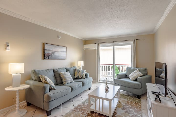 Clean, comfy, close to beach, sleeps 4 (Unit 2)
