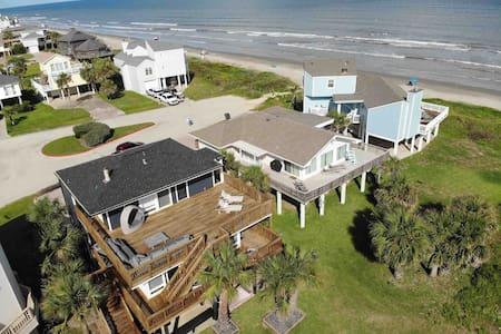 Beachside home w/ deck & WiFi !
