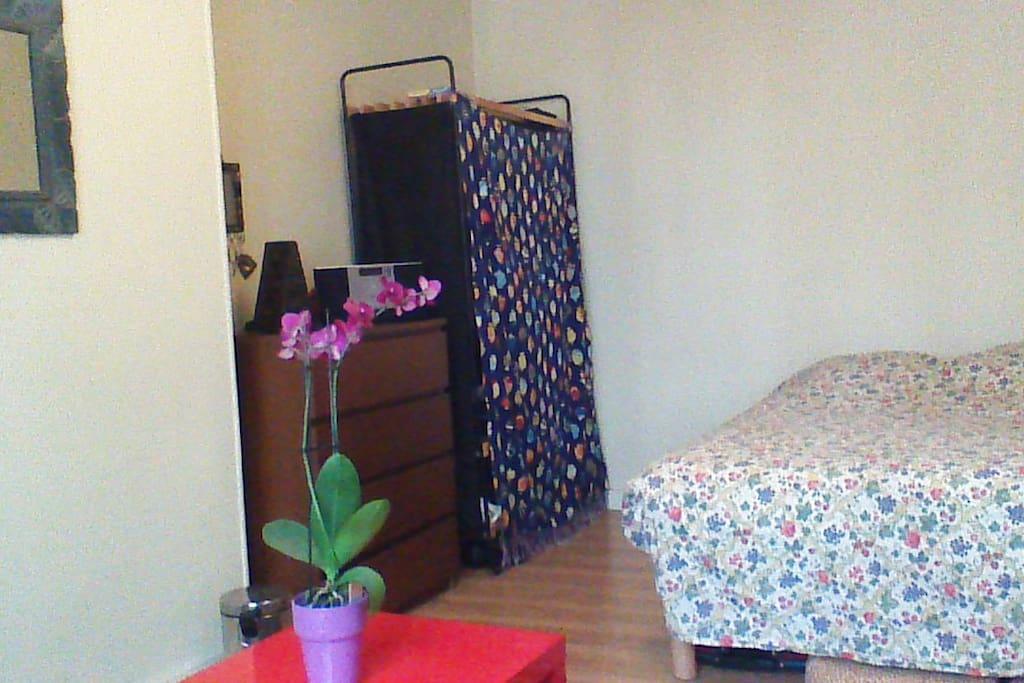Grande chambre avec lit double et petit salon