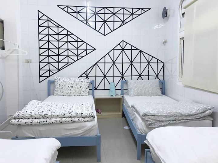 逢甲夜市四床房,一人一床舒適大增。4 beds in Fung Chia night market