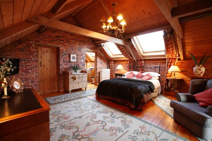 Cosy barn conversion with connecting indoor pool