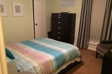 Modern, Queen bed, private bath - Fort Smith - Ev