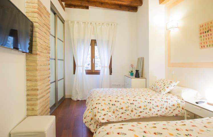Dormitorio Doble con TV - Twin bedroom with TV