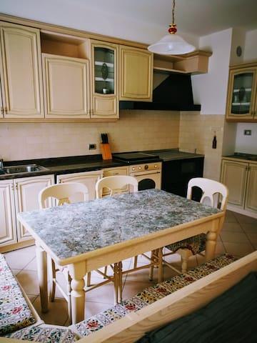 Cucina a sud ovest ben organizzata completa di pentole, stoviglie, bicchieri, tazzine, lavastoviglie, macchinetta per il caffè, frigo, forno, gas