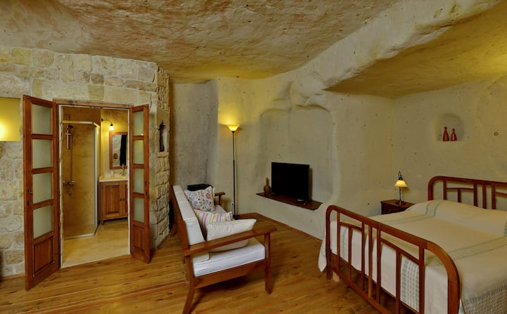 Private, Cool Cave House, 2 Rooms, 2 Baths