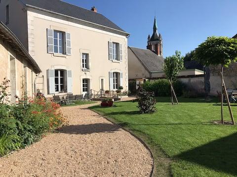 Ancien presbytère avec  jardin clos proche Bourges