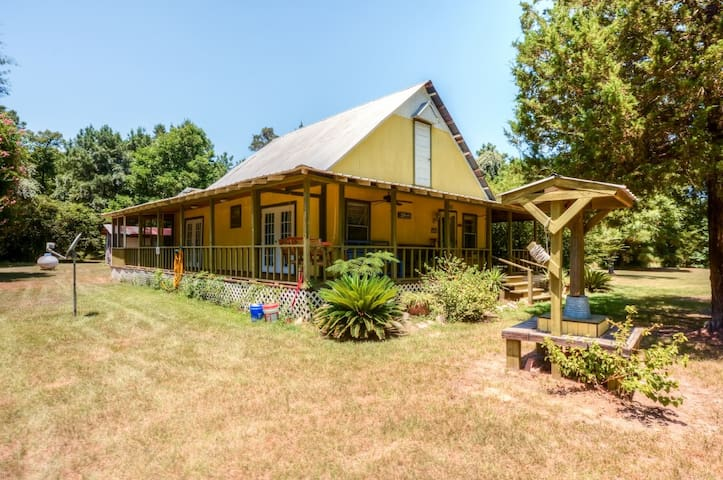 2BR Livingston House on 4.5 Acres w/Screened Porch
