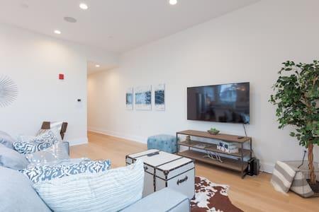 Modern Charlestown with City Views! Sleeps 10!! - Бостон - Кондоминиум