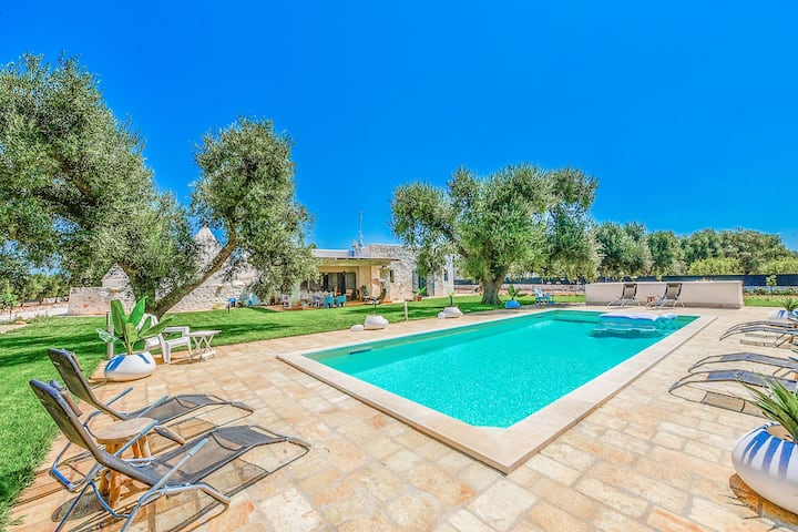 Villa 'Trulli Quattro e Cinque' with Wi-Fi, Garden, Pool, Wi-Fi & Air Conditioning; Parking available