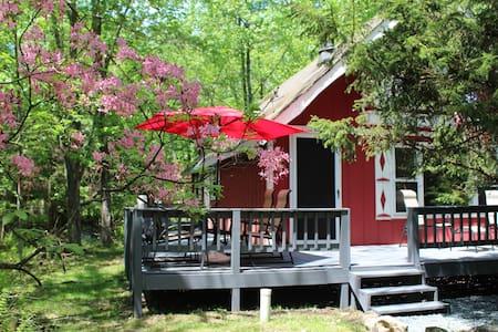 Groovy Getaway Chalet in Arrowhead Lakes 2br+loft - Coolbaugh Township - Faház
