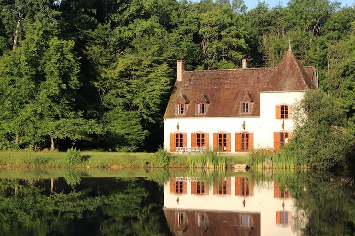 Belle demeure au bord de son étang