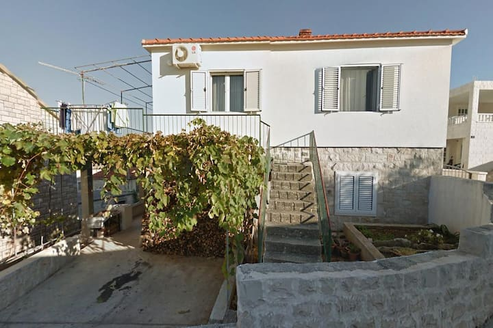 One bedroom apartment with terrace and sea view Postira (Brač) (A-16092-a)