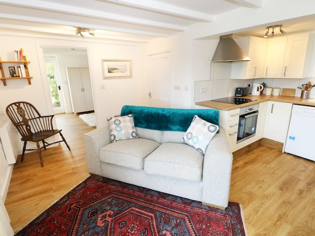 THE GRANARY COTTAGE, pet friendly in Llangrannog, Ref 977145