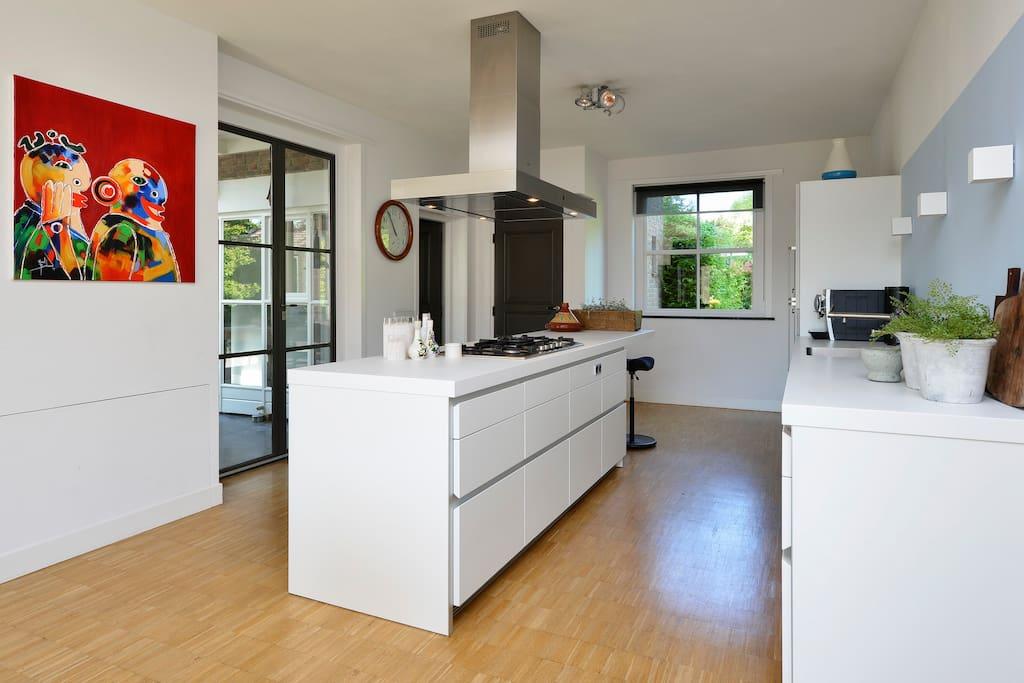 mooie grote open keuken met oven en stoomoven.