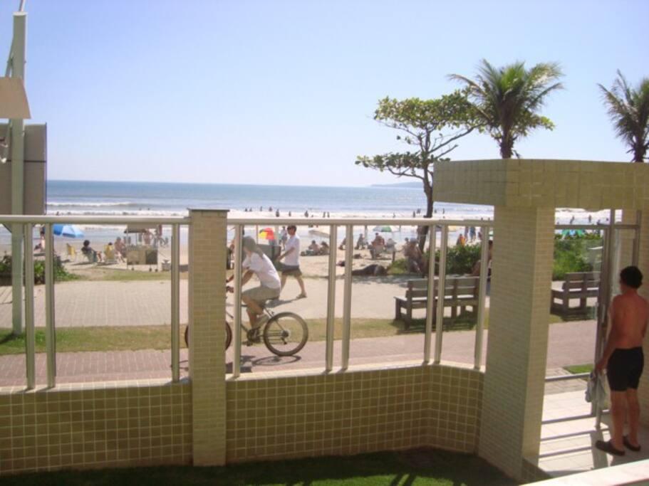 Em frente ao Condomínio, a orla da praia para curtir o mar, caminhar e passear de bike.