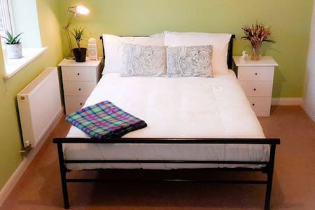 Double bedroom in a modern house, private bathroom - Stourbridge - Hus
