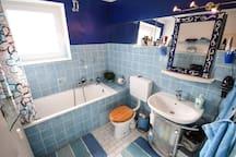 Badezimmer mit Badewanne und Fenster