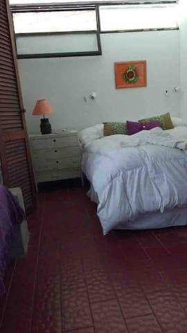 Sommier en habitación con cama matrimonial + 2 individuales