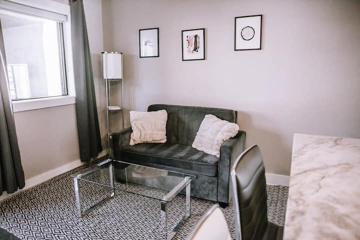 Cozy 1 bedroom . Short ride to Downtown!
