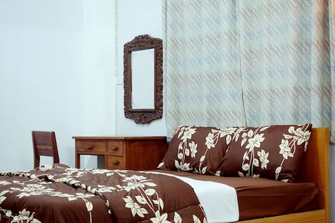 Large spacious room with AC in downtown petchburi