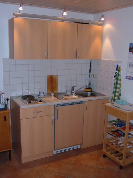 Küchenzeile in Gemeinschaft mit einem weiteren Zimmer.