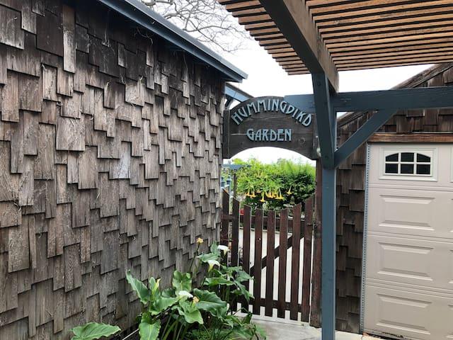Hummingbird Cozy Cottage w Treehouse & Views