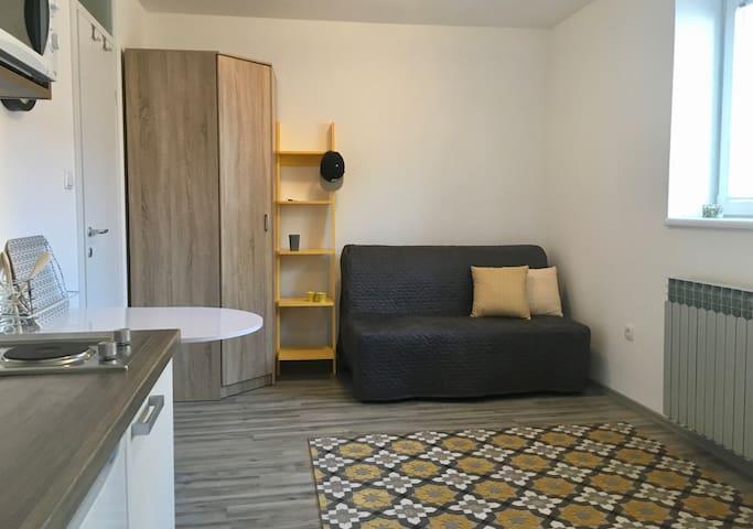 Tiny colorful apartment in Osijek (Yellow)