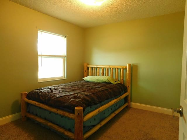 Refreshing and simple full bed room - Lakeland - Casa