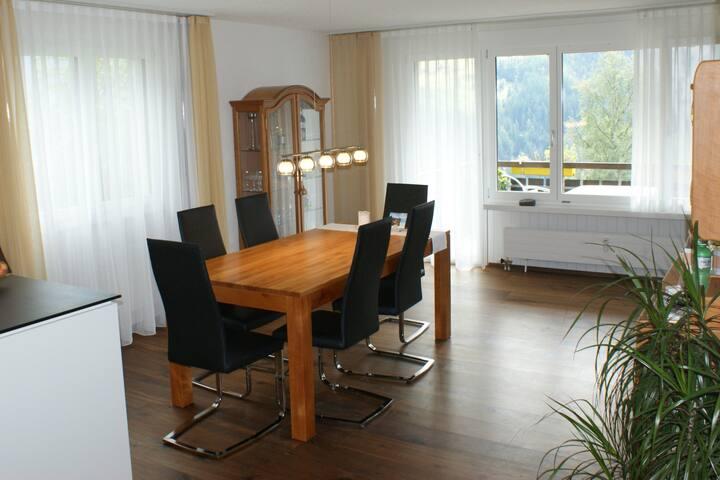 Familienfreundliches, gepflegtes Zimmer mit Balkon