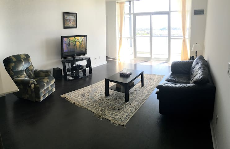 Cozy Two Bedroom Apartment - Richmond Hill - Condomínio