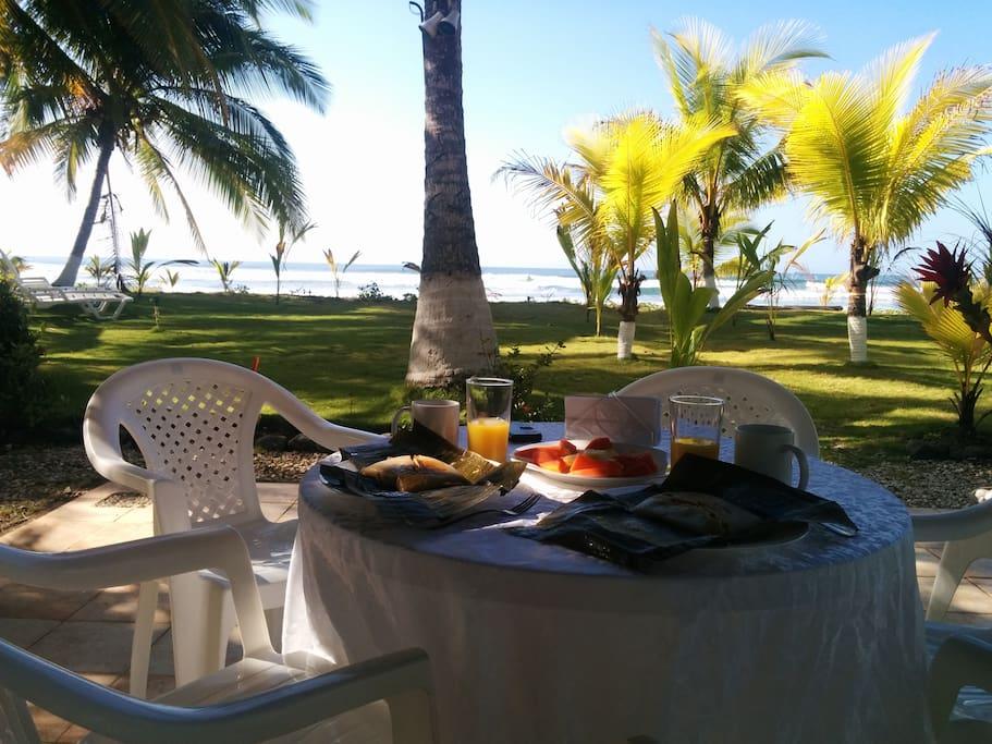 Disfrute de un desayuno, al aire libre y frente a una de las mejores playa de Costa Rica