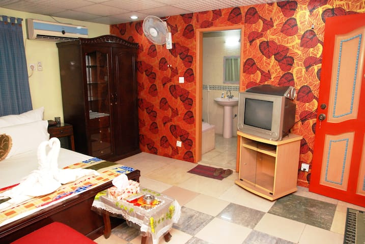 2 bedroom apartment Small- 800sft- 4 person
