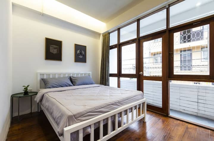 Room E: 1 Queen bed, 2 min walk to Thapae Gate
