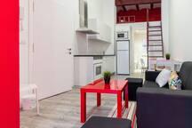 Vista apartamento, cama superior, salón y cocina