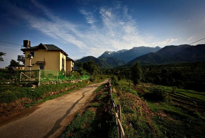 Seclude Palampur - Ground Floor Red Room - Palampur - Bed & Breakfast