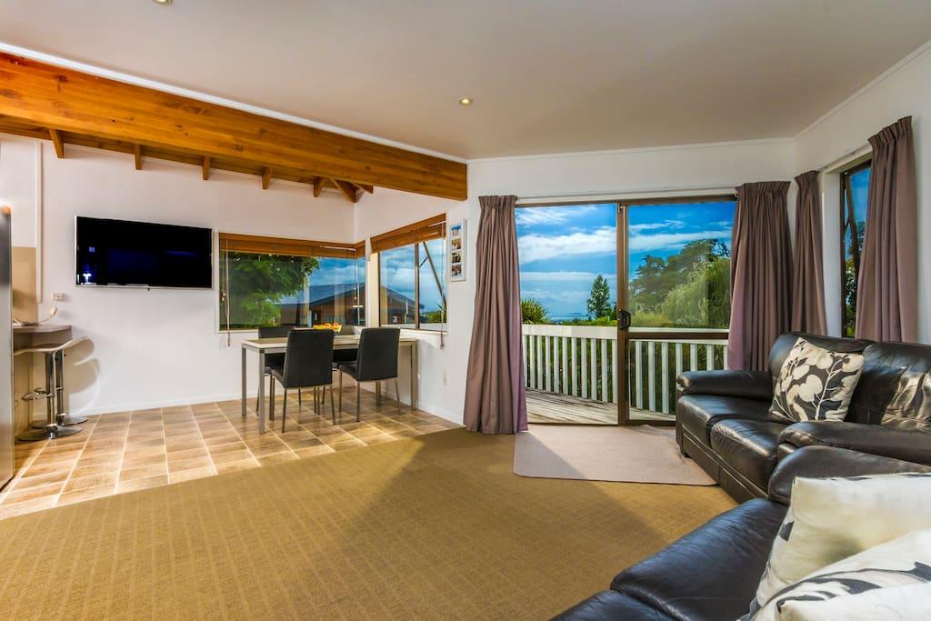 一层的客厅、餐厅、及室内阳台空间较大,舒适惬意。