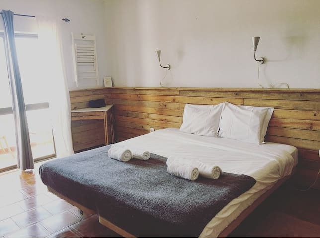 GREAT room for 2 at BORDEIRA BEACH in CARRAPATEIRA