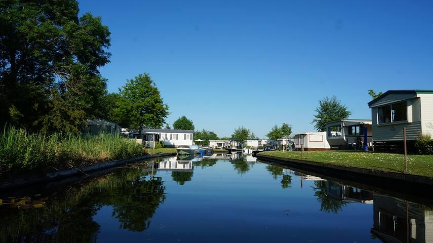 Caravan aan het water nabij Giethoorn