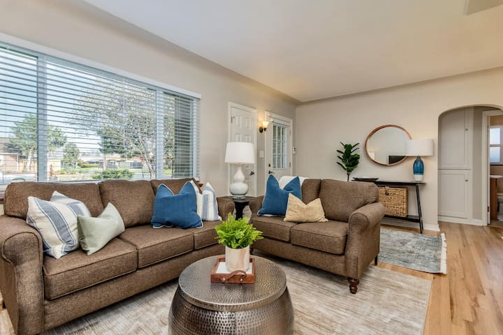 Newly furnished 3 bed 2 Bath Home in Park Hill