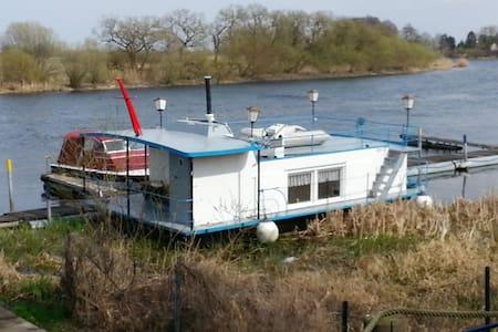 Unterkunft auf dem Boot am Steg, Dry Land - Rathenow
