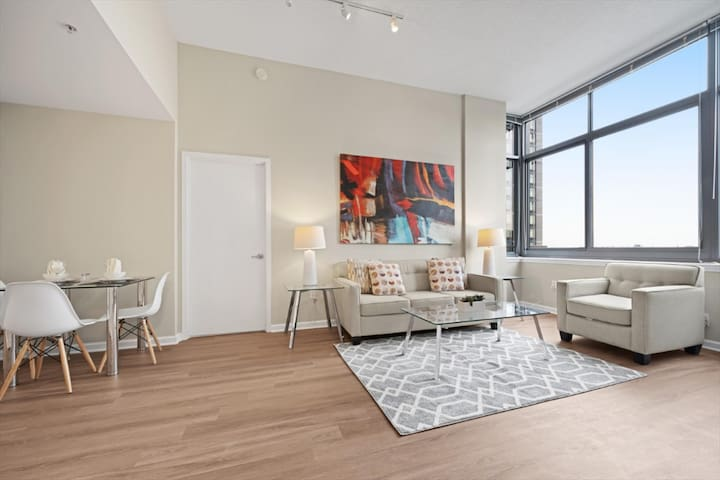 Stunning 2 BR High-Rise, Pool/Gym = NYC in Minutes