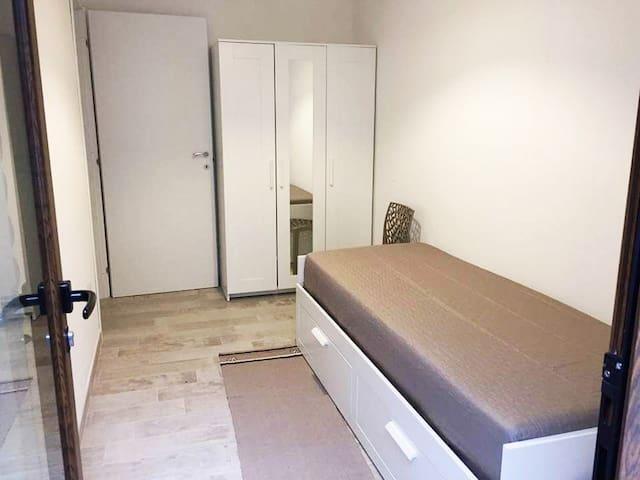 Camera da letto: armadio 3 ante e letto che molto facilmente si trasforma in matrimoniale (non è possibile separare i 2 singoli)