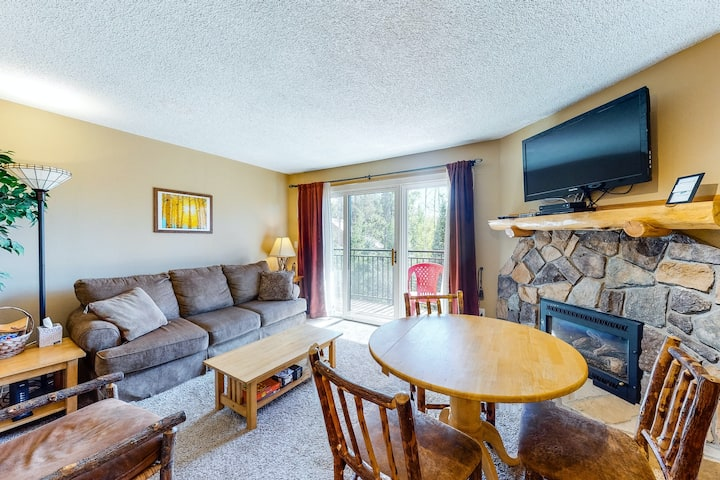Third-floor condo w/pool & mtn views, shared hot tub & heated outdoor pool