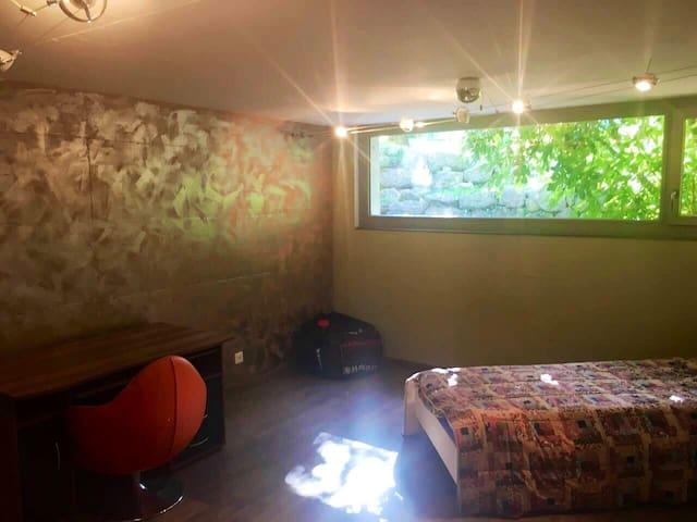 """Chambre """"jeunes"""" / Zimmer No 2 mit Bett (140x200) und Bett (90x200)."""