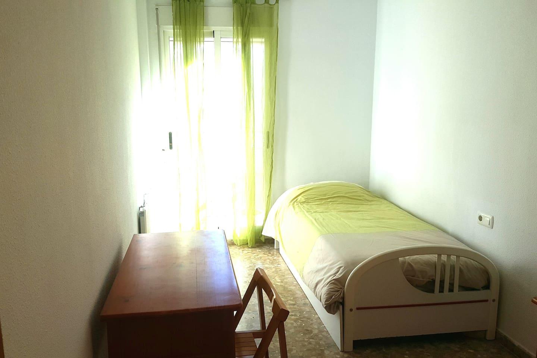 Habitacion muy luminosa, terraza propia, placard, calerfacción, wifi 5g, escritorio, tiene otra cama debajo.