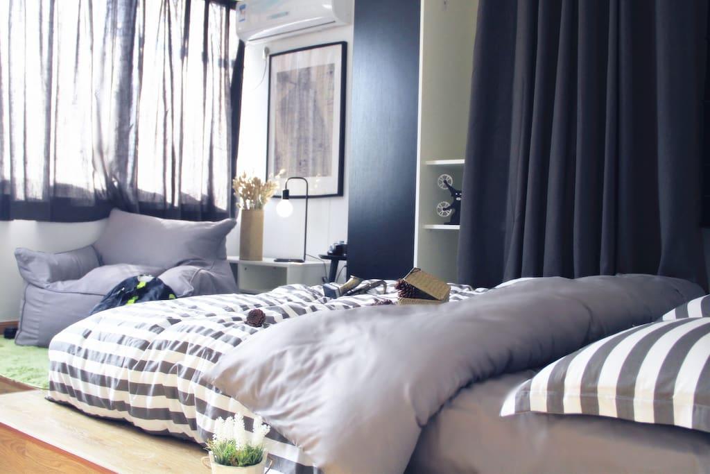 榻榻米式的大床,舒适的席梦思床垫