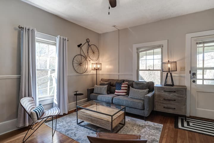 Charming, Renovated Charlotte St. Condo, Conviently located to downtown, Biltmore Estate, Grove Park, and the Blue Ridge Parkway
