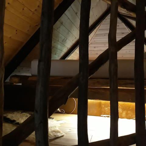 Geschützter Wohn-/Schlafbereich mit Queen-Size Bett