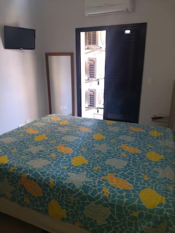 Suite com cama box de casal, armário embutido, ar condicionado, ventilador de teto, espelho, tv, varanda...