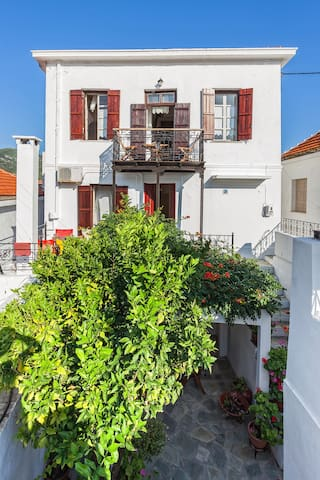 Double room in Traditional house in Skopelos